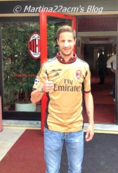 PHOTOS - Milan's Official 2013-2014 Jerseys (15)